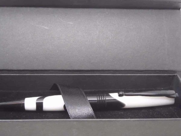 White and Black Pen Presentation Box